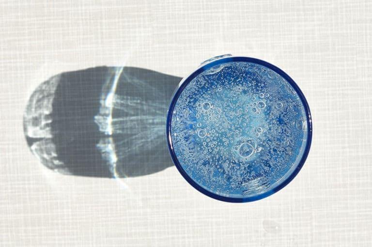 Kolsyrat-vatten-i-glas